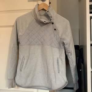 grå hoodie som är väldigt mjuk, varm o bekväm, använt några ggr men syns inte :) köpt i usa