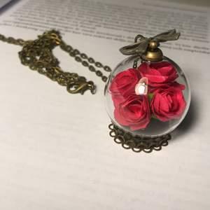 Längre halsband med konstgjorda rosor inuti den. Frakt 11