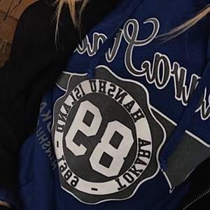 Säljer min vintage collage hoodie, skit snygg, storlek M men passar mig som vanligtvis har xs/s (sitter oversize)men passar även de med större storlekar beroende på passform. SÄLJER ÄNDAST VID BRA BUD!! Buda med 20kr över varje bud💕+frakt 63kr
