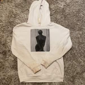 Snygg Cool Elephant hoodie 💞 Säljer då den knappt kommit till andvändning. Den har några fläckar som man ser lite på bilden dock märks de inte så tydligt när man väl har på den. Nypris ~600kr Mitt pris 130 inklusive frakt