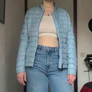 En ljusblå vindjacka i jättebra kvalitet från McKINLEY. Jättefin blå färg och väldigt bekväm, säljer för att jag har för mycket jackor och den inte används tillräckligt🌛 köparen står för frakt