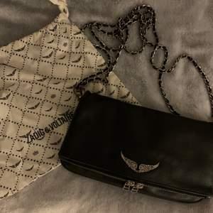 Klassiska Zadig väskan, passar till allt. Köpt på Zadig butiken vid Stureplan, köpte den i september förra året för 3300kr. Dustbag och de två banden ingår! Den är i väldigt fint skick, inga slitningar! Skriv för mera bilder eller om ni har frågor⚡️