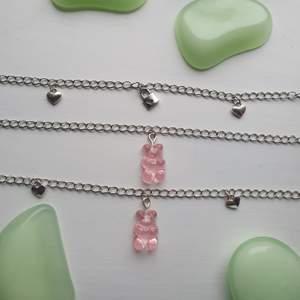 gör dessa urgulliga halsbanden med små silverhjärtan och rosa gummibjörnar. säljer matchande örhängen. översta - 45 kr. mittersta - 49 kr. understa - 55 kr. köp två halsband för 110 kr + frakt ♡♡♡