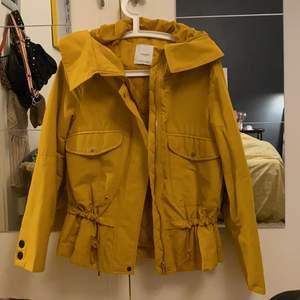 Super snygg gul höst/vår jacka. Super bra tillstånd då den inte har använts så mycket. Den är kort i modellen men har bra och långa armar. Även skysterbar i midjan. Betalning via swish🌸 (+frakt)