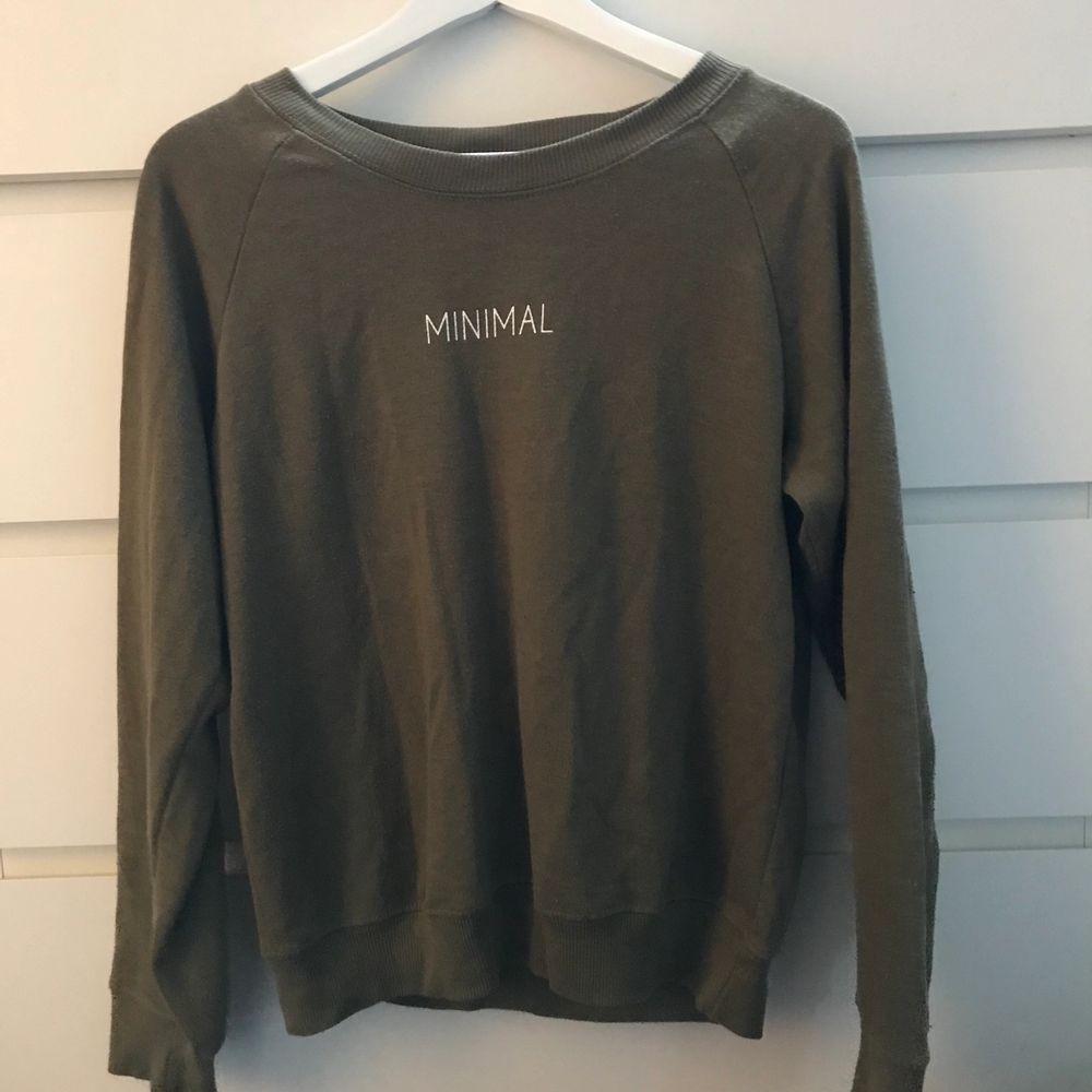 """Snygg grön tröja med texten """"minimal"""" på. Jätteskön! . Tröjor & Koftor."""