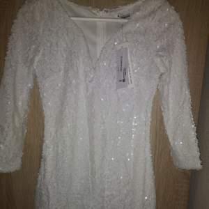Paljettklänning vit i storlek xs från Glamorous