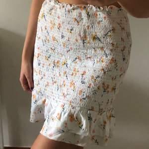 En superfin blommig kjol, skriv om det önskas fler bilder ! 🐣
