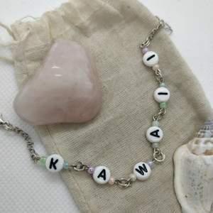 Handgjort kawaii-armband med bokstavspärlor. Justerbar längd 🌺