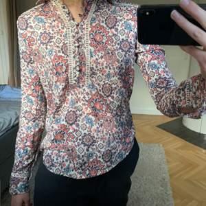 Asball blus/skjorta i coolt mönster med coola söm-detaljer! Storlek XS (passar S) från Abecrombie. Funkar att ha som den är eller under en stickad tröja! En knapp saknas. Säljer för 300 kr👑🧣👒👗👚🥼