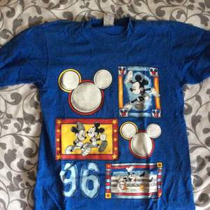 Blå t-shirt med Mickey Mouse-motiv. Made in the US of A, direktimporterad. Bomull. 90s.