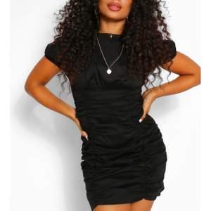 Säljer denna assnygga klänningen! Materialet sitter så snyggt på kroppen och framhäver formerna! Perfekt partyklänning, priset är inklusive frakt!