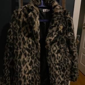 Säljer denna snygga leopard kappa. Från Linn Ahlborgs kollektion med NA-KD. Fint skick, frakt: 63kr🥰