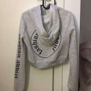 Mysig croppad hoodie från zalando🙈 Använd ett antal gånger men fri från skador och i bra skick. Säljer den då den inte riktigt är min stil längre. Storleken är XS men passar även till S beroende på hur man vill att den sitter. Orginalpris 244kr. Frakt tillkommer😋💞