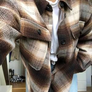 Rutig jacka i materialet filt🤎 två bröstfickor. Använd en gång.