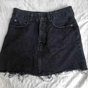 Jätte snyggt sliten svart jeanskjol från Bershka💕
