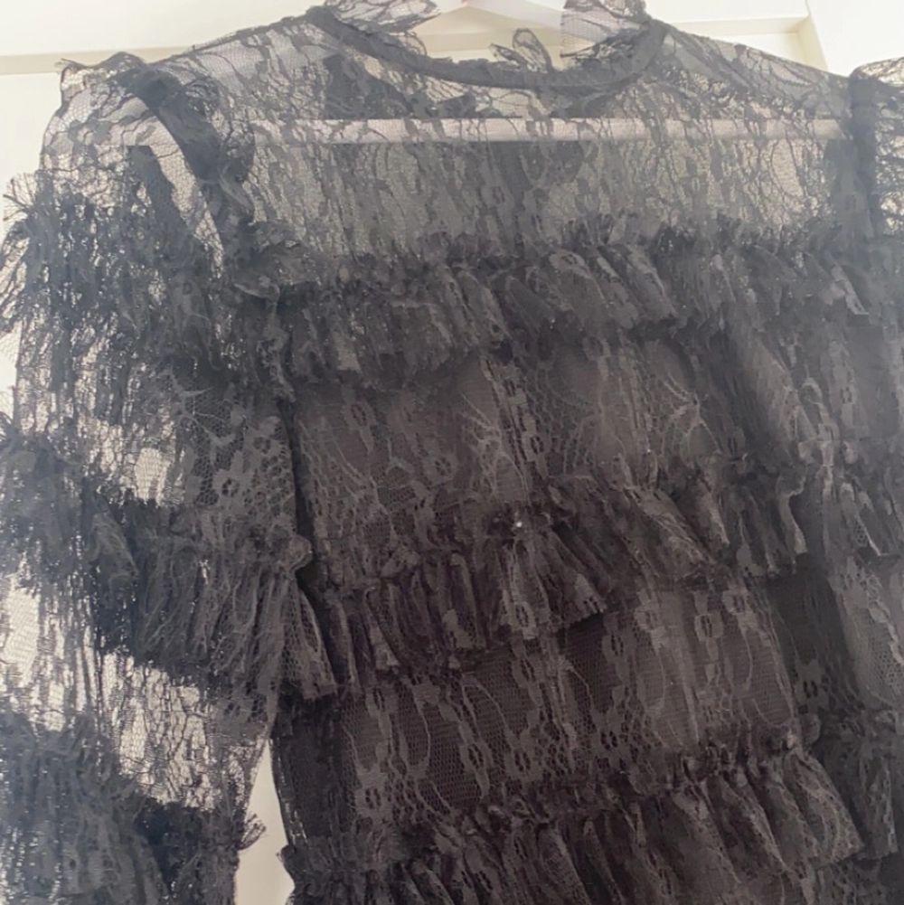 En svart fin klänning av spets som endast använd en gång! I storlek M. Klänningar.