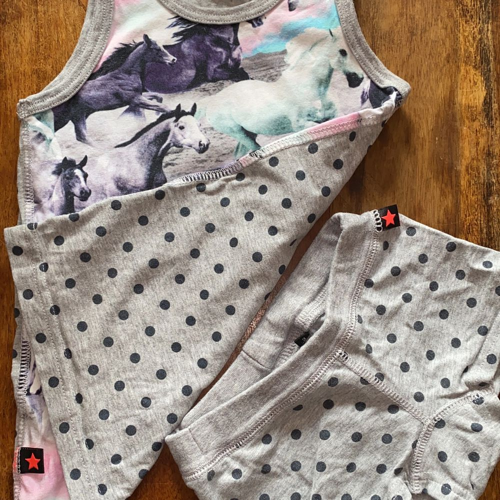 Jätte sött linne från Molo med häst tryck ingår underkläderna ifall man vill. Toppar.