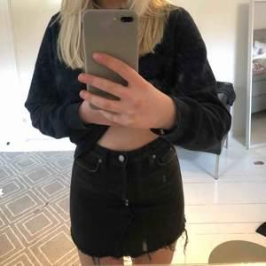 Säljer nu denna svara jeanskjol ifrån hm!!💘💘 sitter superbra och är av bra kvalite<3 tveka inte att fråga om du undrar något eller vill ha fler bilder 🥰🥰
