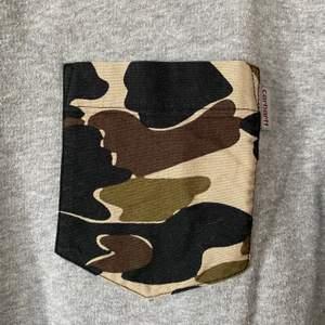 carhartt grå sweatshirt med camodetalj - stl M