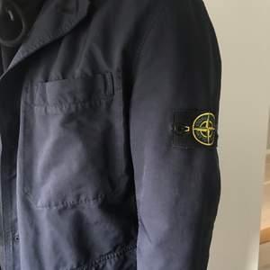 Navy Blue Stone island Coat, köpt i deras butik på Östermalm för 6500kr, Skick 9/10.