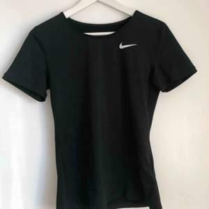 Träningströja från Nike i storlek S. Aldrig använd men prislappen är borttagen. Den är alltså i bra skick! Köparen står för frakten!