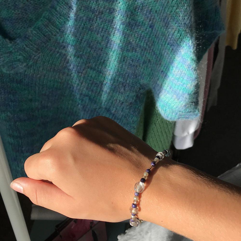 Säljer detta egengjort armbandet i lite större modell. Funkar att ha som fotlänk eller som armband, om armband mellan storlekarna S-XL. (Om intresserad kan jag skicka exakta mått). Köparen står för frakt!💜💜. Accessoarer.