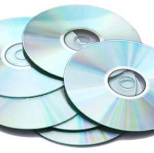Säljer massa cd skivor som är oanvända och har inget tryck på sig så man kan måla elr lada över sitt eget material på skivorna!!