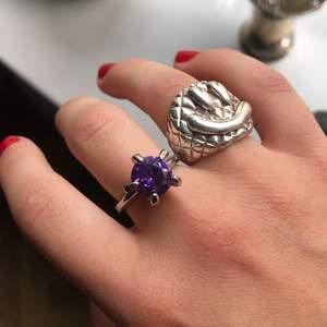 Jätte fin silver ring med lila Sten! Påminner om Maria Nilsdotter i stilen. Tyvärr var den förstor för mig :( strl 19.