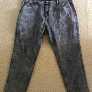 Grå stentvättade jeans i boyfriend modell✨ Från Boohoo Aldrig använda, pga fel storlek✨ Strl 52