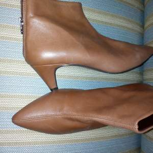 Boots med liten klack i skinn fr Rizzo, strl 39 men passar oxå den som har 38, nypris ca 1.100kr, säljer för 400kr. Köpare betalar frakt 😊