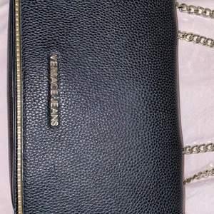 Säljer min fina crossover bag från Versace. Den är köpt för 1500kr för nått år sedan, den är svart med guldiga detaljer. Det är bud, startbudet ligger på 700kr! Meddela mig om ni vill se fler bilder eller ha några andra frågor!💙