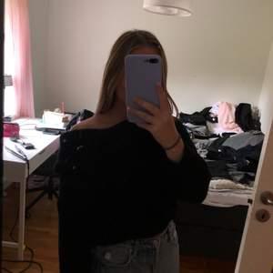 Svart stickad tröja som är sååå mysig och väldigt snygg men jag har knappt använt så säljer den pga det