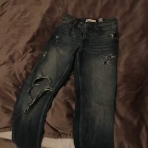 Säljer dessa sjukt snygga byxor från zara. Byxorna har ett hål på knät och några snygga slitningar. Passar 155-165cm. Fraktar för 64kr💖storleken är 34 men käns mer som 36.