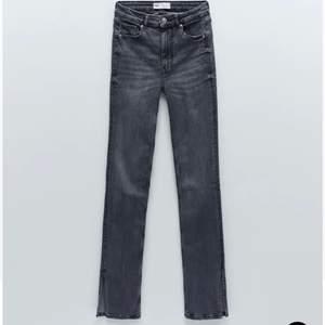 Snygga jeans från Zara. Bra kvalitet men lite sliten på botten. ☺️ 36 men passar 34