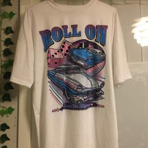 Oversized t-shirt som är köpt från shein. På tröjan står det storlek S men passar mer M/L. Säljer då den inte används. Frakt betalas av köparen