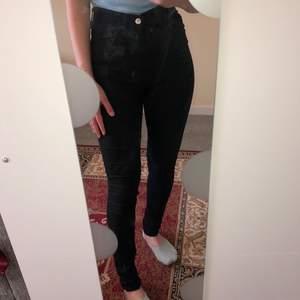 Svarta jeans, nyskick! Lite för långa för mig så skulle säga att de skulle passa 160-165 cm. Highwaist, slimfit. Frakt förekommer! Skriv om du undrar något 🥰 (obs! Spegeln är smutsig)