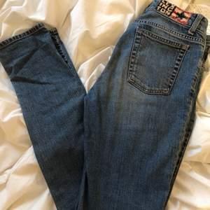 Blå lågmidjade lexington jeans med cool 90's vibe. Har använt de en del men de är fortfarande i bra skick. Köparen står för fraken. Hör av er om ni har frågor eller vill ha fler bilder🤎