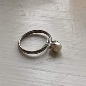 Silverring med pärla (inte äkta pärla) köpt på vintage butik. Passa alla då den är justerbar