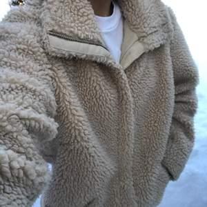 fluffig varm jacka som är köpt här på Plick, säljer pga inte min stil längre! bra skick! köparen betalar för frakten! pma för fler bilder!