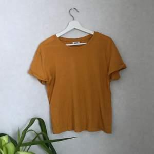 senapsgul tshirt från weekday! i gott skick! använt flertal gånger! köparen betalar för frakten!