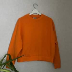 en orange weekday sweatshirt i använt skick! köparen betalar för frakten, pma för fler bilder!🤍