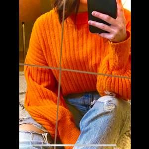 Trendig orange stickad tröja med puffärmar från Ginatricot, storlek S. Toppskick!!💙
