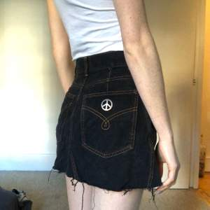 Svart jeanskjol från Moschino, storlek GB 8, men passar XXS. Vintage.