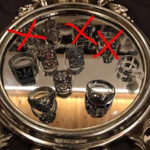 Säljer nu mina ringar då jag inte har någon användning av de och vissa är för stora för mig. 5 stycken av de är justerbara och de är dem som har kristaller på sig (inte riktiga kristaller) de övriga 6 styckna är inte justerbara och är större än de andra. En av ringarna har en size lapp med nummer 7 på och den passar mig super (är en person som aldrig hittar ringar som passar då mina fingrar är väldigt smala hahah). Dock så vet jag inte storlekarna på de andra ringarna men om ni skriver privat så ska jag försöka kolla upp det!! Pristet kan också diskuteras privat men frakten kommer att ligga på 12kr💞☺️ skriv privat ifall ni är intresserade eller bara har en fråga!!💞