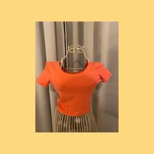 Orange croptop i storlek XS🧡 i använt skick. Pris: 20kr+frakt🚚