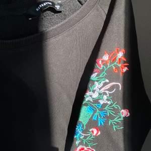 Säljer en svart tjocktröja med ett jättefint broderat blommönster som går ned över ärmarna. Tröjan är från märket Reserved och är i storlek M, men fungerar för den som vanligtvis har storlek S eller XS också. Säljer för 99 kr, köparen står för frakt!