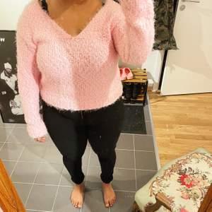 Rosa fluffig v-ringad tröja köpt på Nelly. Använd ett fåtal gånger och är i gott skick. Strl M. 70 kr + frakt