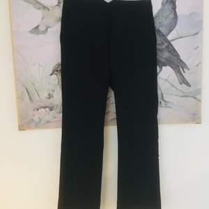 Svarta kostymbyxor från Carin Wester! Lite kickflare i modellen. Storlek 34 och skulle säga att de är lite cropped