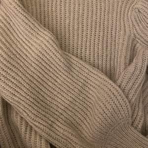 En fin grå stickad tröja med ballongärmar ifrån NA-KD! 💓 Använd 1 gång så i nyskick!!