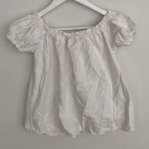 Säljer denna fina linnen liknade blus t-shirten från Vero Moda. Nypris cirka 149 kr. Säljer eftesom den är för liten i axlarna för mig.